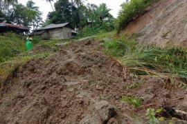 Puluhan keluarga terisolasi akibat longsor timbun akses jalan, distribusi hasil pertanian juga terganggu