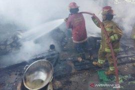 "Pabrik ""kembang goyang"" hangus terbakar, api sambar tabung gas elpiji yang bocor"