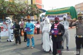 """Pocong"" muncul di Bekasi ingatkan warga untuk pakai masker"