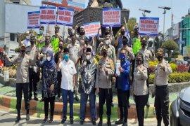 Kapolres bersama calon Wali Kota Binjai bagikan masker