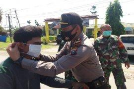 Polsek Tanjung Pura Langkat bagikan masker kepada masyarakat
