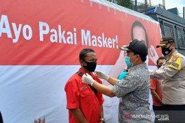 Kampanye serentak pakai masker, Kapolres Tapteng pakaikan masker ke warga