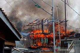Dua unit rumah terbakar diduga arus pendek listrik