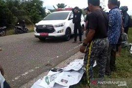 Seorang pelajar pengemudi sepeda motor meninggal  tabrak samping truk, rekannya luka berat