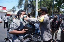 Kampanye protokol kesehatan, Polres Situbondo bagikan ribuan masker