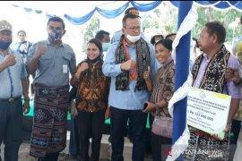 Warga NTT melakukan uji swab setelah kontak dengan Menteri Edhy Prabowo