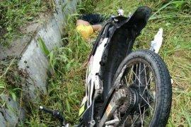 Tabrak tiang dan hantam tembok rumah, pengendara motor tewas