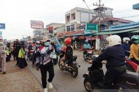 Sujiwo ikut bagikan masker kepada warga