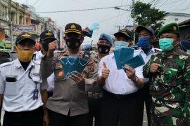 Menteri PMK bagikan masker kepada warga Kota Medan