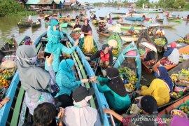 Banjar's PKK hands out masks at Lok Baintan Floating Market