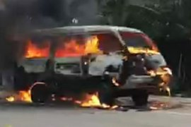 Mobil minibus hangus terbakar dekat SPBU