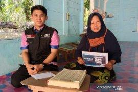 Membahagiakan guru ngaji di Tapung