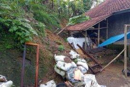 Dua kampung di Lebak terisolasi akibat jembatan amblas diterjang banjir