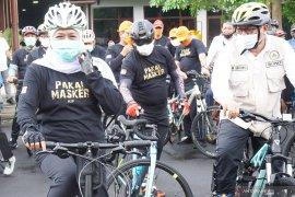 Gubernur Khofifah gowes bareng penyintas di Tulungagung kampanye masker