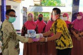 UI serahkan alat kesehatan untuk manula di tengah pandemi COVID-19