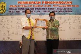 Wali Kota  Ibnu Sina berikan piagam penghargaan kepada kemitraan pekerja