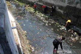 Sebanyak 121 warga tidak bermasker dihukum bersihkan sungai