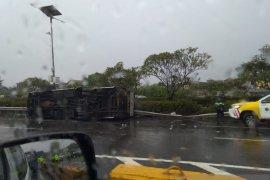 Bus terpelanting menabrak dua minibus di KM1 Tol Jagorawi