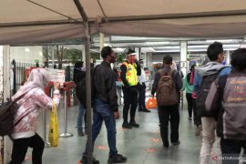 Ratusan warga Bekasi naik KRL ke Jakarta meski ada PSBB ketat