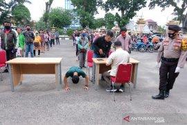 Pengendara bandel tak bermasker, terciduk langsung dihukum 'push-up'