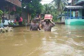 Polsek Serawai berikan bantuan paket sembako pada korban banjir