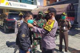 Kapolda Gorontalo dan Danrem bagikan masker pada Operasi Yustisi