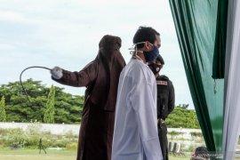 Seorang terpidana pemerkosaan di Aceh menjalani hukuman 175 cambuk