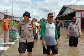 Tinjau banjir, Bupati Kapuas Hulu imbau warga utamakan keselamatan