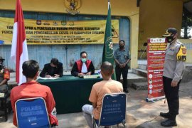 Petugas gabungan Cirebon gelar operasi yustisi protokol kesehatan