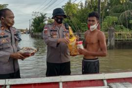 Peduli korban banjir, polisi Kapuas Hulu bagikan sembako