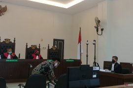 JPU KPK tuntut Bupati Solok Selatan non aktif Muzni Zakaria enam tahun penjara