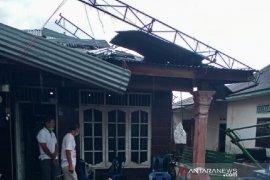 Angin puting beliung rusak puluhan rumah, seorang warga luka berat