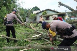 Brimob  bantu korban puting beliung di Deli Serdang