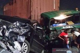 Kecelakaan beruntun libatkan truk trailer dan minibus