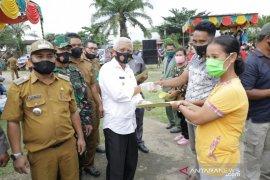 Bupati Asahan serahkan langsung akta perkawinan ke masyarakat Desa Padang Mahondang