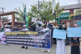 Ratusan massa kepung kantor Kajari Aceh Timur, Ada apa?