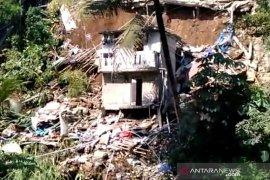 Tiga rumah di tepi Kali Cidepit Kota Bogor terbawa longsor
