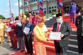 Pemkot Pangkalpinang memberikan pin emas kepada lima tokoh masyarakat