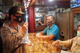 Kapolda Kalsel sambangi pasar bagikan masker