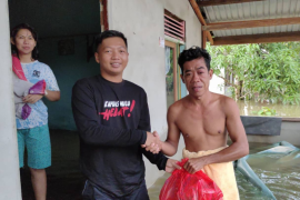 Calon Bupati Kapuas Hulu Fransiskus Diaan bantu korban banjir