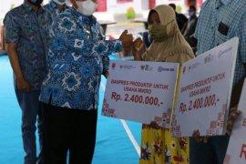 Pemkab Labusel salurkan bantuan modal kerja dari Presiden Jokowi