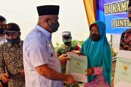 Bupati Aceh Tengah serahkan 948 sertifikat tanah untuk warga di tiga desa