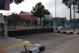 Gerbang GOR Kota Baru digembok, pelari pagi parkir kendaraan di pinggir jalan