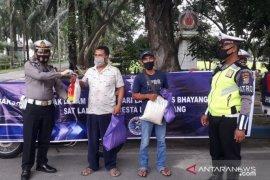 Polresta Deli Serdang bagikan sembako warga terdampak COVID-19 sambut HUT Lalu Lintas