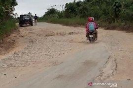 Kerusakan jalan di wilayah calon ibu kota negara mulai diperbaiki