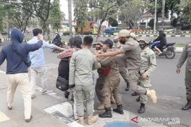 Video - Tendang mahasiswa saat demo, Satpol PP minta maaf