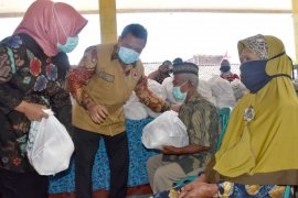 80 orang lansia di Mojokerto terima bantuan paket sembako