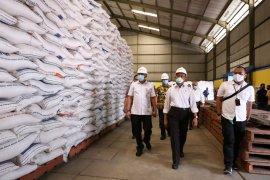 Menko PMK cek ketersediaan beras bansos di gudang Bulog Malang