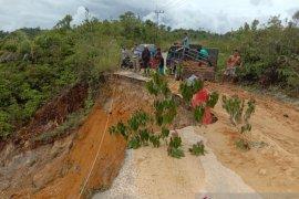 Ruas jalan hampir putus akibat longsor di Aceh Singkil