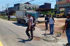 Polisi bantu tambal jalan berlubang pasca banjir di Putussibau
